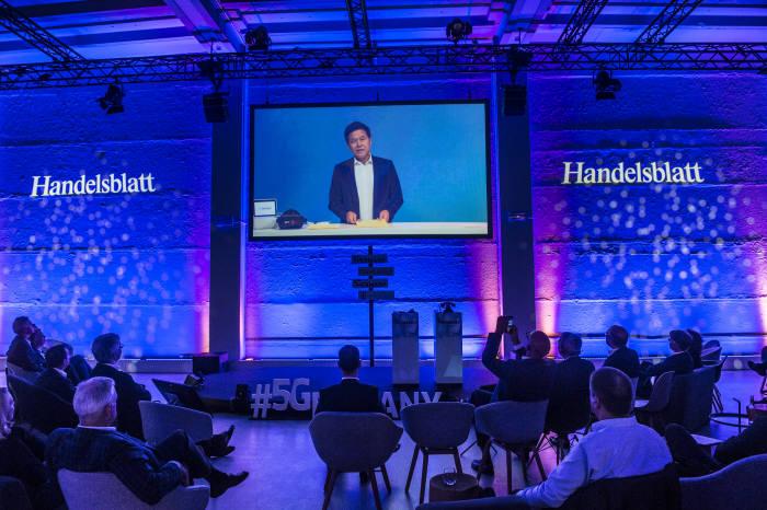 박정호 SK텔레콤 사장이 독일 베를린에서 열린 5Germany 행사에서 한국의 5G 상용화 경험을 설명하고 있다.