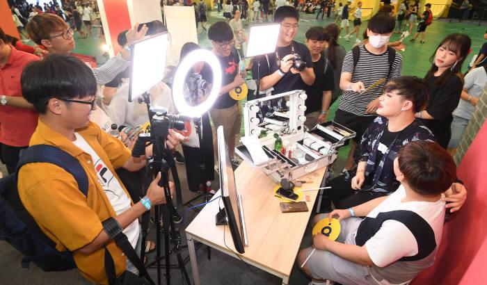다이아페스티벌 2018에서 관람객이 뷰티크리에이터 체험을 하고 있다. 이동근기자 foto@etnews.com