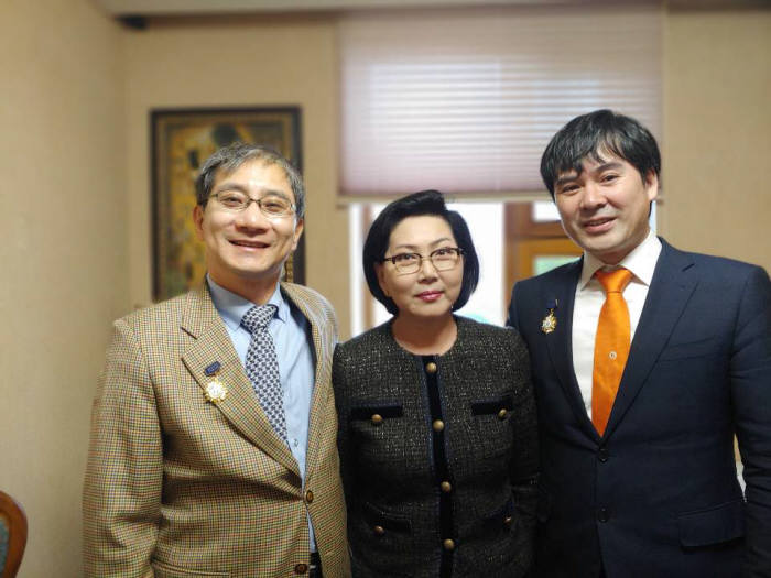 이수찬 힘찬병원 대표원장(맨 왼쪽)이 몽골 보건부가 수여하는 의료 훈장을 받고 정부 관계자와 기념 촬영했다.