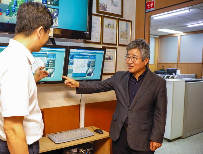 """방기석 지비엠아이엔씨 대표(오른쪽)가 """"153웨더 기상TV를 통해 시의성 있는 기상 컨설팅 서비스를 제공하겠다""""고 전하고 있다."""