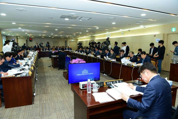 지난 11일 산업통상자원중소벤처기업위원회가 한전 등을 대상으로 연 국정감사에서 김종갑 한전 사장이 의원 질의에 답하고 있다.
