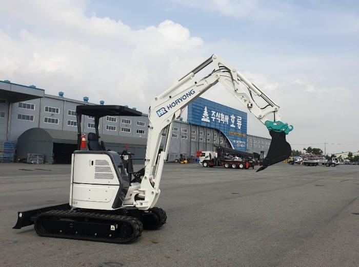 호룡이 국산 부품과 독자 기술로 완성한 3.5톤급 전기 굴착기.