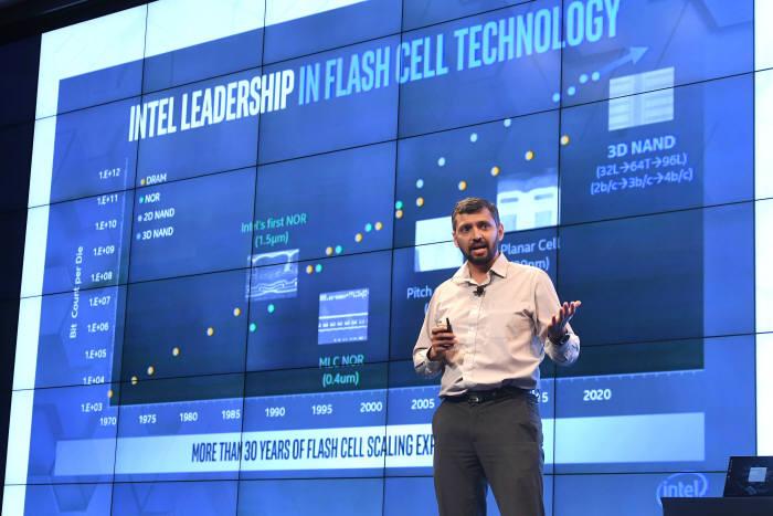 지난달 서울에서 열린 인텔 메모리&스토리지 데이 2019에서 인텔 관계자가 차세대 메모리 기술에 대해 강연하는 모습.