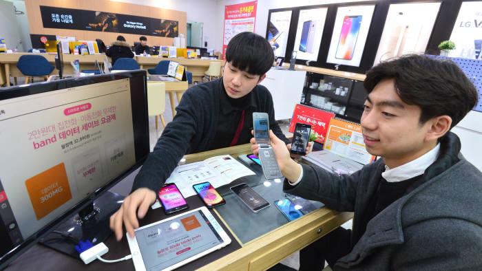 고객이 2G폰을 LTE폰으로 바꾸기 위해 상담하고 있다. 김동욱 기자 gphoto@etnews.com