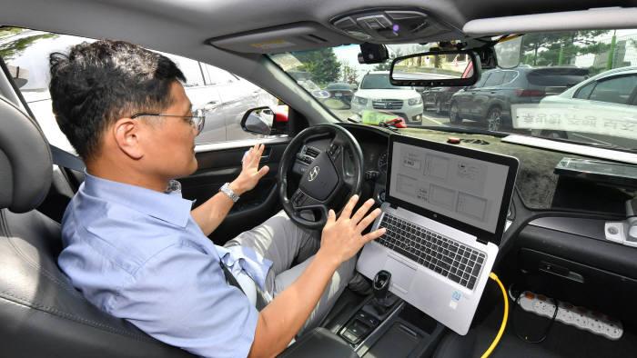 현대모비스 관계자가 자율주행을 시현하는 모습. [전자신문 DB]