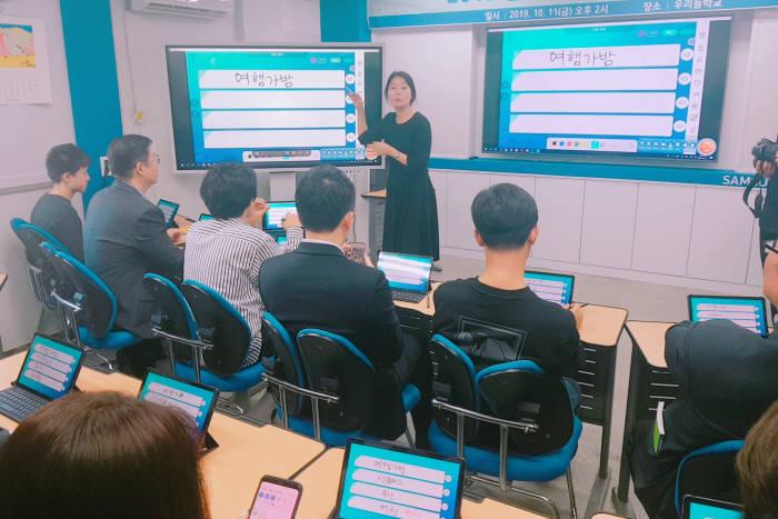 탈북청소년을 가르치는 우리들학교 학생들이 비상교육의 스마트러닝 프로그램을 이용하고 있다.