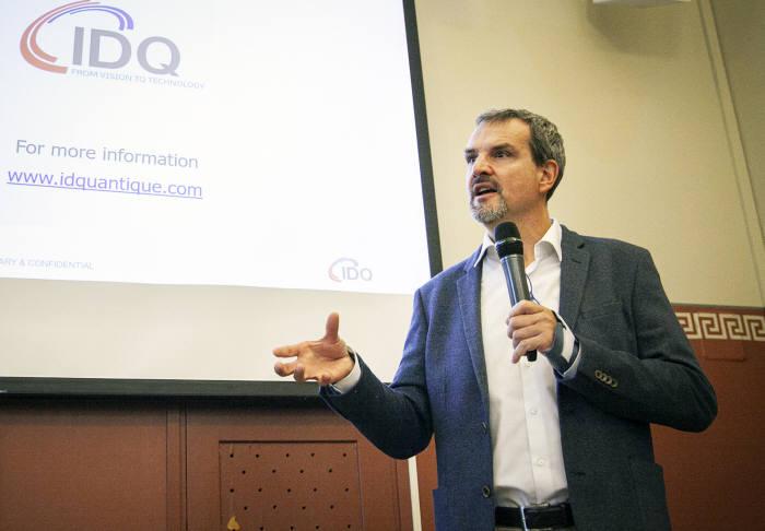 그레고어 리보디 IDQ CEO가 헬싱키에서 열린 기자간담회에서 유럽 양자암호통신 네트워크 사업 수주에 대해 설명하고 있다.