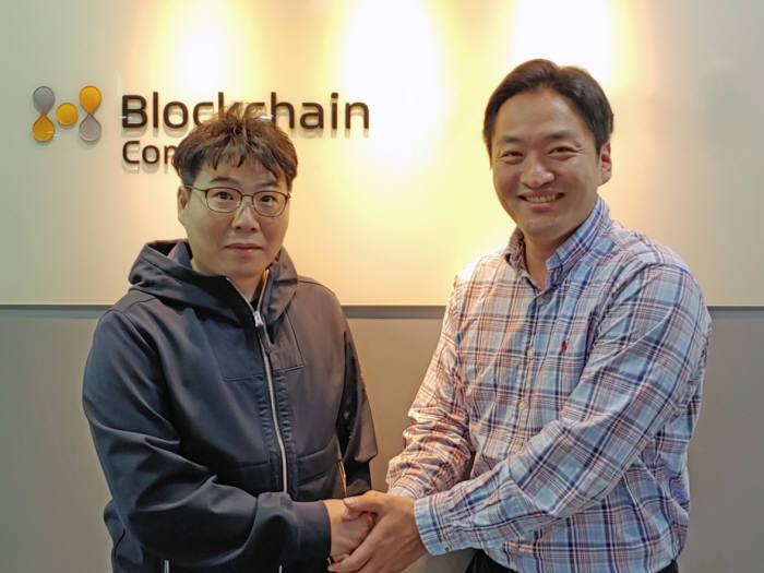임채윤 어스붐팀 대표(왼쪽)와 안성범 블록체인컴퍼니 CCO가 협약을 체결했다.