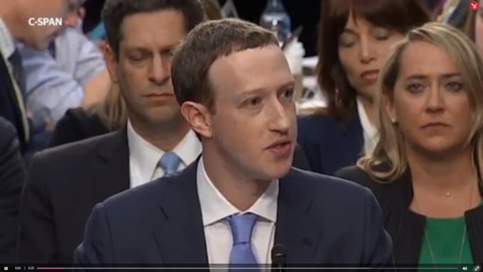 저커버그 페이스북 CEO가 미 의회 청문회에 출석해 사과하고 있다.(인디펜던트 영상 갈무리)
