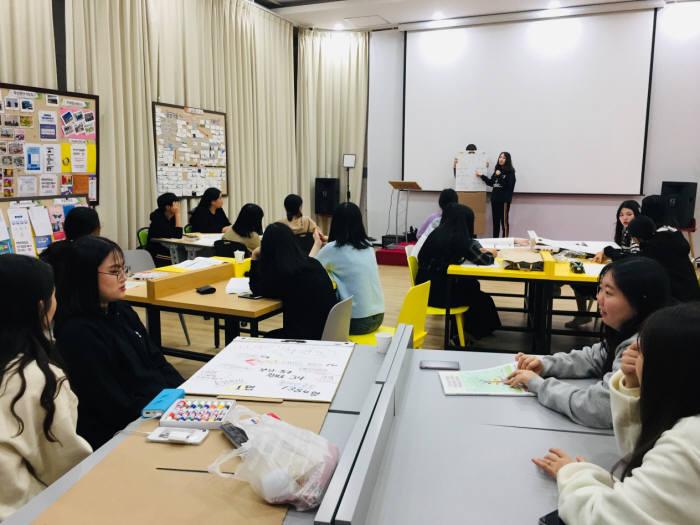 부산특구본부가 인천세무고 학생을 대상으로 진행한 비즈스테이 프로그램에서 참가 학생들이 창업 아이디어를 발표하고 있다.