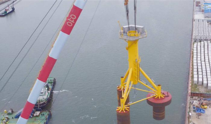 석션버켓 기술을 활용해 해상풍력 기초구조물을 설치하는 모습.