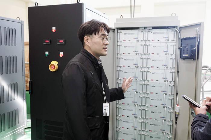 박병준 한전 전력연구원 첨단신소재그룹 선임연구원이 1100v 그래핀 슈퍼커패시터 ESS를 본지에 처음 소개하고 있다.