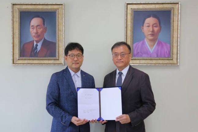 이성욱 알지노믹스 대표(오른쪽)의 단국대학교 기술지주회사와의 협약식.