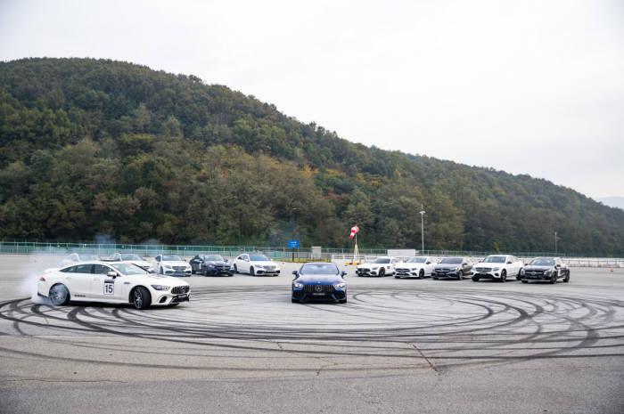 메르세데스-AMG GT 4도어 쿠페가 드리프트를 선보이고 있다.