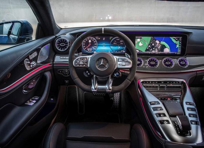 메르세데스-AMG GT 4도어 쿠페 실내.