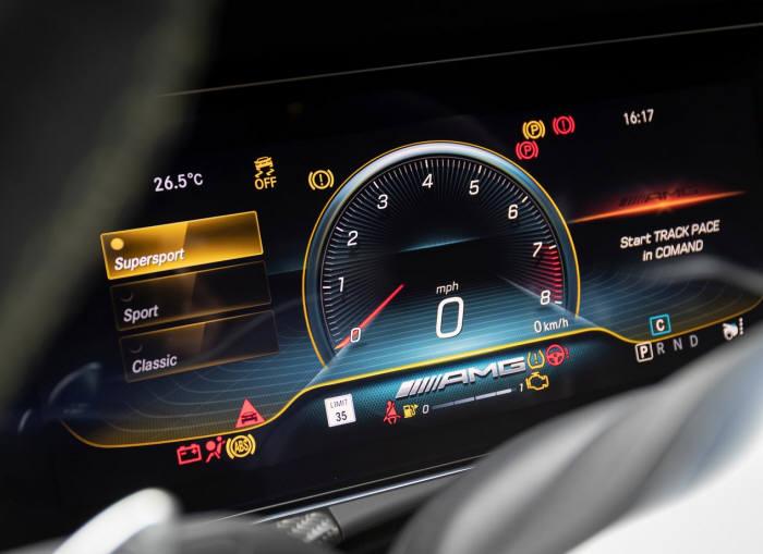 메르세데스-AMG GT 4도어 쿠페 계기판.