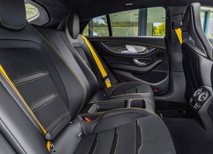 메르세데스-AMG GT 4도어 쿠페 뒷좌석.