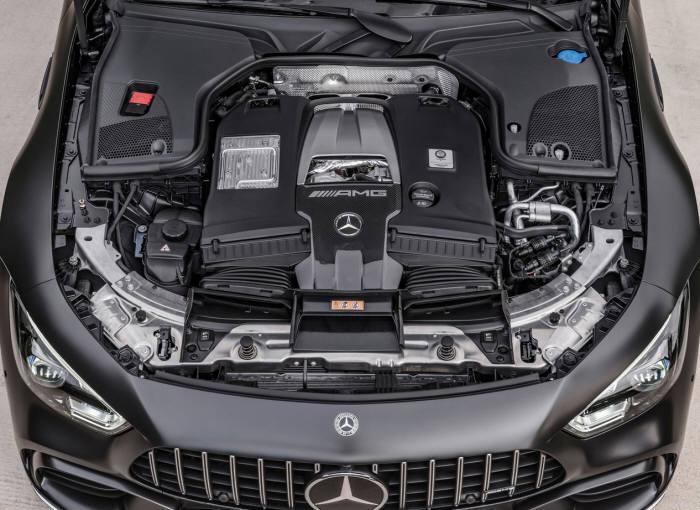 메르세데스-AMG GT 4도어 쿠페 엔진룸.