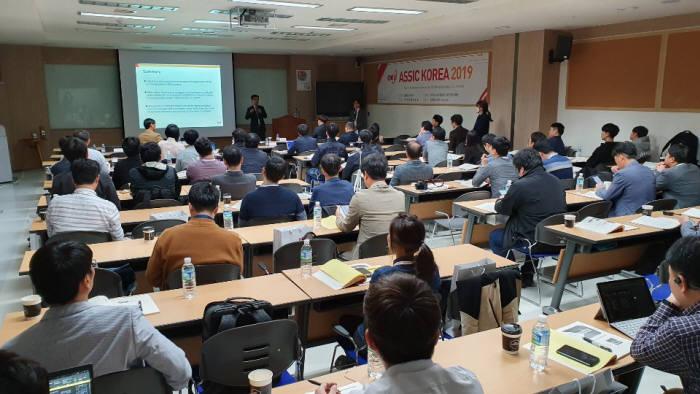 큐알티가 주최한 차량용 반도체 안전 혁신 컨퍼런스 코리아(ASSIC KOREA) 2019가 24일 큐알티 광교오픈랩에서 열렸다. 참가자들이 발표를 경청하고 있다. (사진=전자신문DB)