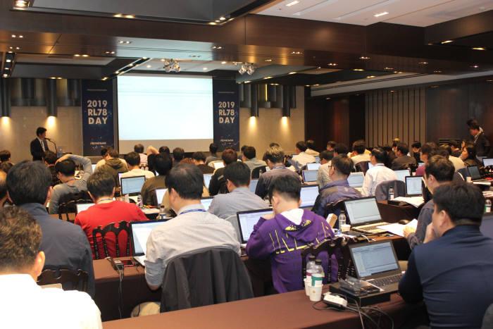 르네사스일렉트로닉스가 개최한 RL78데이에서 참석자들이 개발키트로 실습하고 있다.