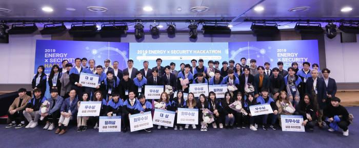 한국인터넷진흥원(KISA), 과학기술정보통신부, 한국전력공사가 개최한 2019 에너지×시큐리티 해커톤 대회에서 수상팀 등이 사진촬영을 하고 있다. KISA 제공