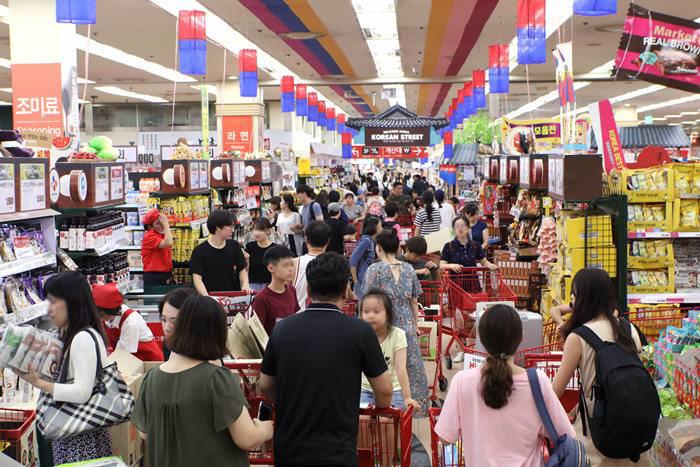 서울 시내 한 대형마트에서 고객들이 장을 보고 있다.