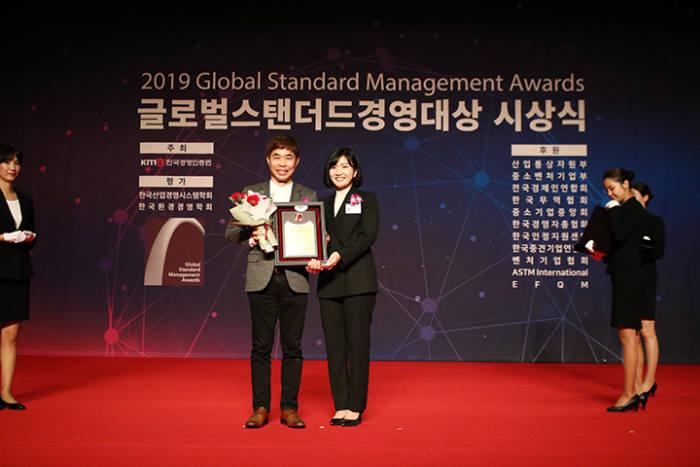 김동근 코리아드라이브 대표(사진 왼쪽)가 글로벌스탠더스 경영대상에서 사회공헌부문 대상을 수상했다.