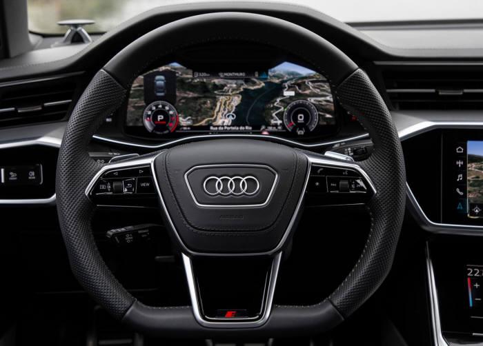 아우디 신형 A6 3스포크 스티어링 휠과 디지털 계기판.
