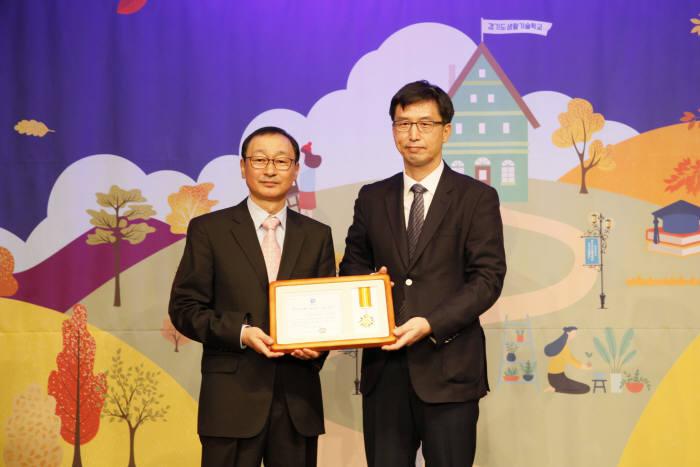 심재홍 산기대 평생교육원장(사진 오른쪽)은 평생교육 활성화로 경기도지사 표창을 수상했다.