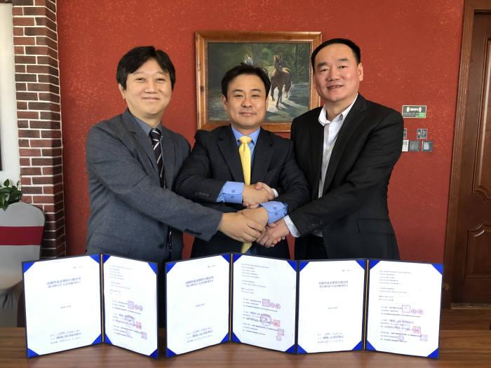 한국미디어콘텐츠협회와 콤마스튜디오, 중국 중융성달베이징홀딩스가 보토스패밀리 애니매이션 중국 론칭을 위한 계약을 체결했다. 양종표 콤마스튜디오 대표(맨 왼쪽부터), 조형주 한국미디어콘텐츠협회장, 류명 중융성달베이징홀딩스 대표가 계약 체결후 기념촬영을 하고 있다. 한국미디어콘텐츠협회 제공