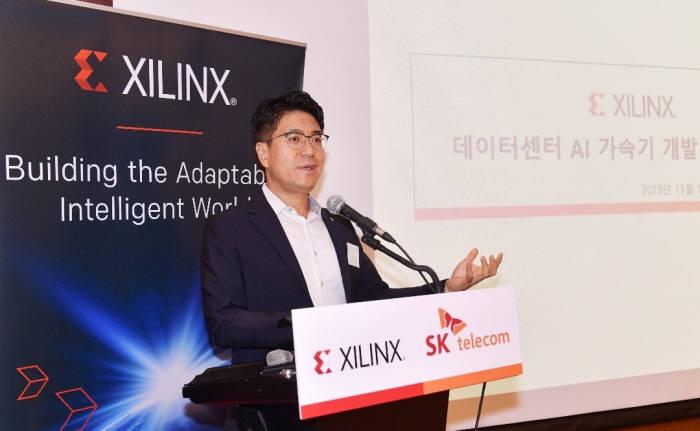 박진효 SK텔레콤 ICT기술센터장이 1일 그랜드 인터컨티넨탈 서울 파르나스 호텔에서 열린 기자간담회에서 AI 가속기에 대해 설명하고 있다. <사진=자일링스>