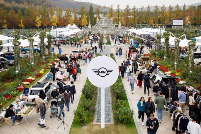 에버랜드 장미원에서 진행된 MINI 플리마켓.