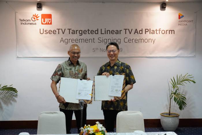 백원장 애니포인트미디어 대표(오른쪽)와 마윤 위라유다 텔콤인도네시아 TV&비디오사업부문장이 5일 인도네시아에서 실시간 TV 타깃광고 사업 협약을 체결했다.