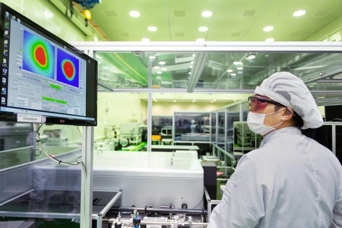 지스트 고등광기술연구소 연구원이 초강력 레이저 분야 연구를 실시하고 있다.