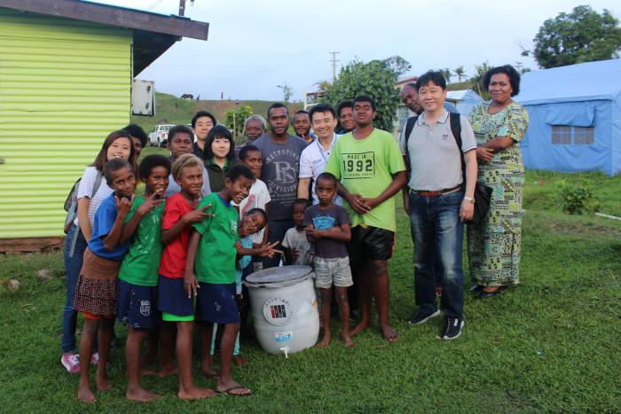 지스트 국제환경연구소 연구원들이 개도국에 안정적인 식수를 공급하는 지스트 희망정수기를 설치한 모습.