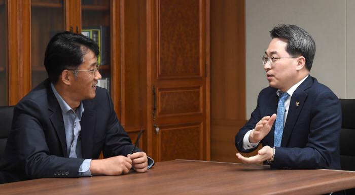 고삼석 방통위 상임위원이 김원배 전자신문 통신방송부장과 대담하고 있다.