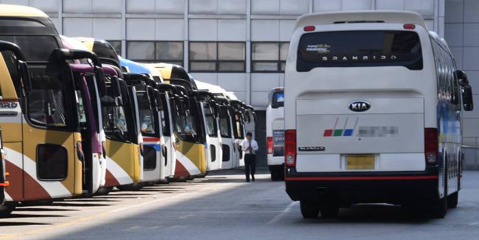 서울 강남고속버스터미널에 정차 중인 디젤엔진의 고속버스.