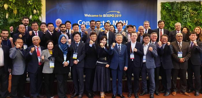 김회천 한전 경영지원부사장(오른쪽 일곱번째)이 수출계약식 행사 후 기념촬영을 하고 있다.