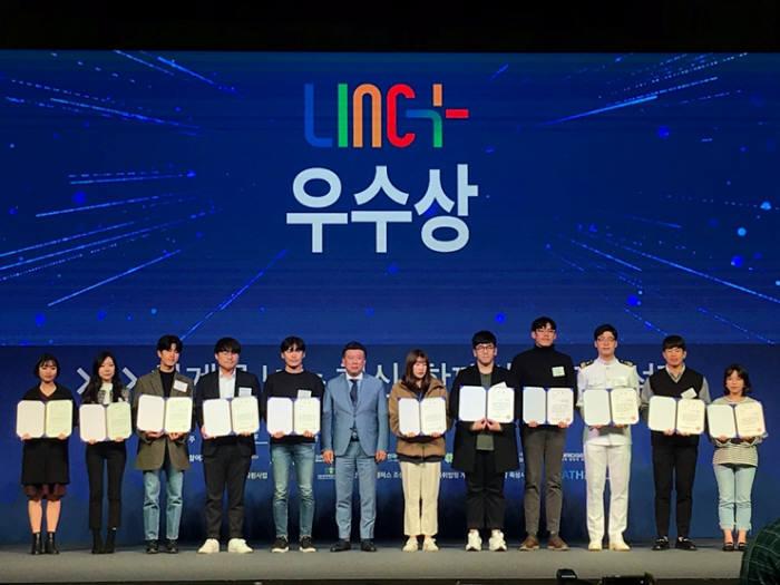 2019 산학협력 EXPO에서 LINC+사업 캡스톤디자인 경진대회 부문에서 목포대 기계공학과 공미다팀이 수상하고 있다.