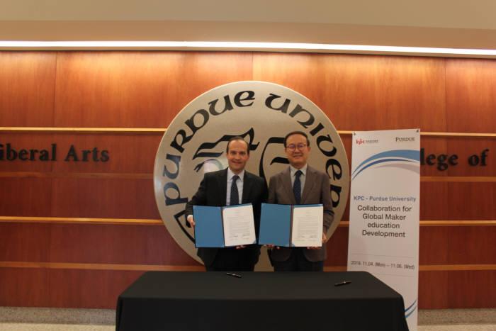 한국생산성본부는 미국 퍼듀대와 에듀테크 센터 공동 설립 업무협약을 체결했다. 노규성 한국생산성본부 회장(오른쪽)과 데이비드 레인골드 퍼듀 리버럴아츠대학 학장이 기념촬영했다.