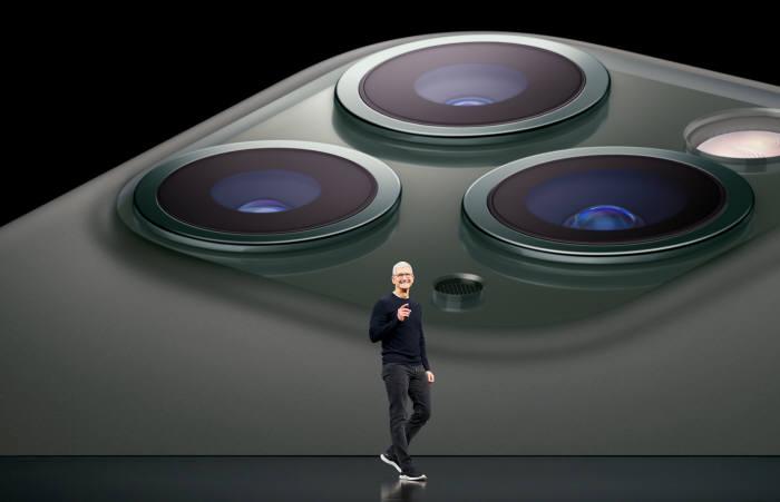 9월 행사에서 팀 쿡 애플 CEO가 아이폰11을 소개하고 있는 모습(자료: 애플)