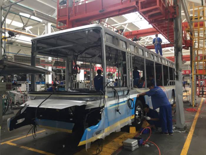 2017년 본지가 방문한 중국의 유력 자동차 업체가 운영 중인 전기버스 생산공장.