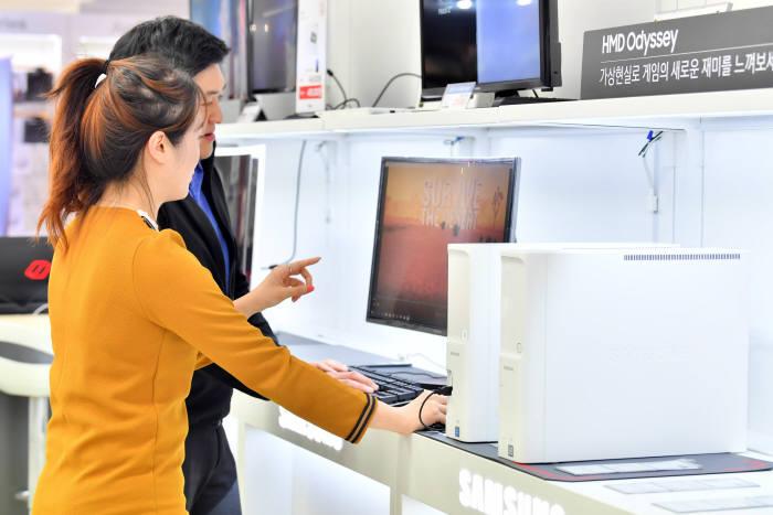서울시내 한 가전매장에서 시민이 데스크톱 PC를 보고 있다. 박지호기자 jihopress@etnews.com