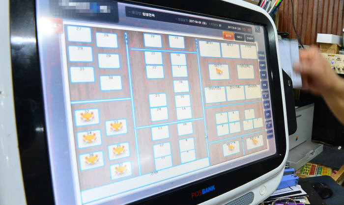 판매시점관리시스템(POS) 결제단말기 운용체계(OS)의 보안 문제가 우려되고 있다. 서울 영등포 한 식당에서 사용되고 있는 POS 결제단말기. 김동욱기자 gphoto@etnews.com