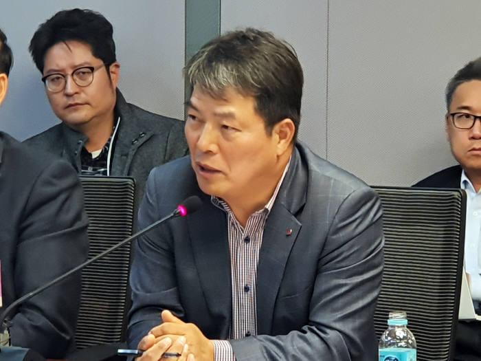 임낙송 한전 영업계획처장이 12일 국회에서 열린 토론회에 참석해 전기요금 현실화에 대해 설명하고 있다.