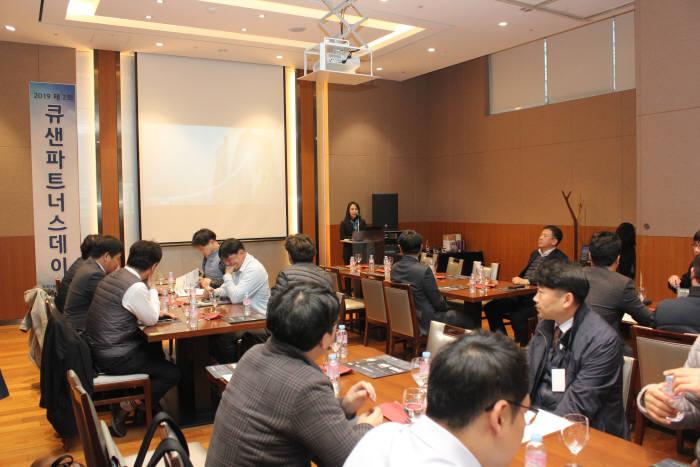제2회 큐샌파트너스데이에서 대만 큐샌 본사 관계자가 인사를 하고 있다.