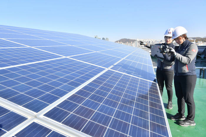 정부가 태양광 발전을 통해 제조업 등에서 자체 조달하는 전기사용량을 파악하지 못하는 것으로 확인됐다. 자가용 태양광은 정부·지자체가 보조금을 각각 지원할 정도로 보급에 힘쓰는 분야로 국내 기업은 공장 지붕 또는 유휴부지 등에 태양광 패널을 설치하고 전기를 직접 생산·소비하는 비중이 늘어나는 추세다. 14일 서울 KT 구로빌딩에서 직원이 태양광 패널을 점검하고 있다. 박지호기자 jihopress@etnews.com