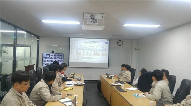 유신정밀공업 인천 본사 임직원이 통합커뮤니케이션 솔루션 우암UC을 활용해 국내외 공사현장과 영상회의를 하고 있다.