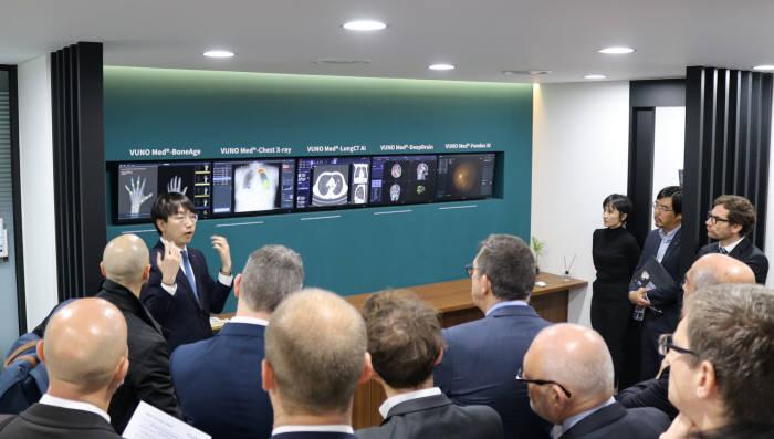 프랑스 소재 헬스케어 기업 최고정보책임자(CIO)로 구성된 비영리단체 CEDHYS 회원들이 서울 서초동 뷰노 본사를 찾아 의료AI 솔루션 설명을 듣고 있다.