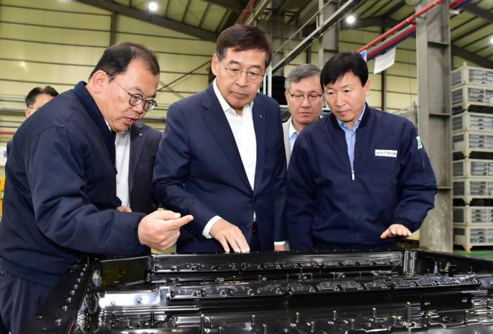 신학철 LG화학 부회장(가운데)이 15일 경남 함안에 위치한 동신모텍을 방문해 전기차 배터리팩 하우징에 대해 설명을 듣고 있다. (사진=LG화학)